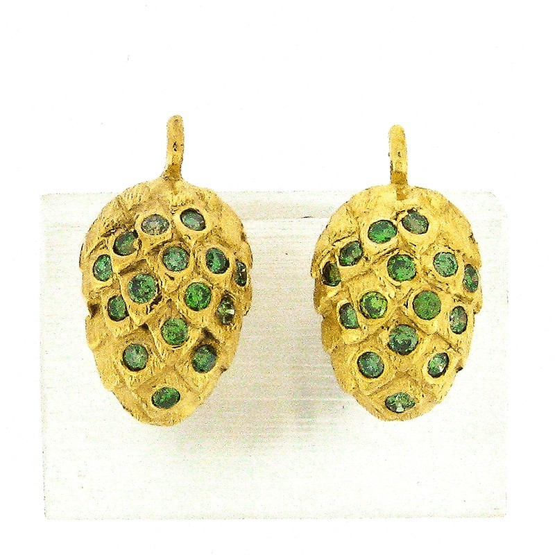 Ohrstecker Hopfendolde in Gold, ausgefasst mit je 15 Brillanten, forrest green, behandelt.